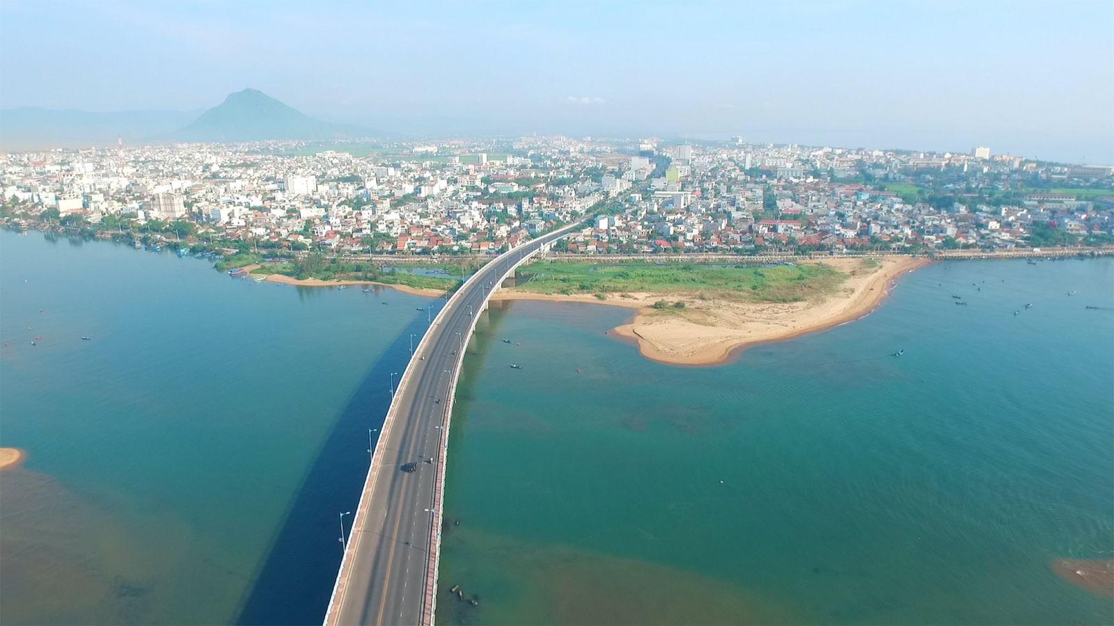 Cầu Hùng Vương bắc qua sông Đà Rằng