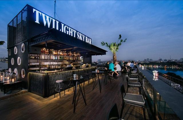Twilight Sky Bar với view Hồ Gươm lãng mạn là niềm kiêu hãnh của Hanoi La Siesta Central Hotel & Spa